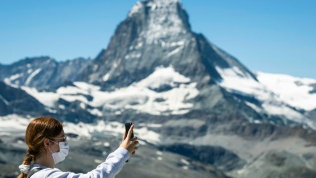 Mit Maske vor dem Matterhorn