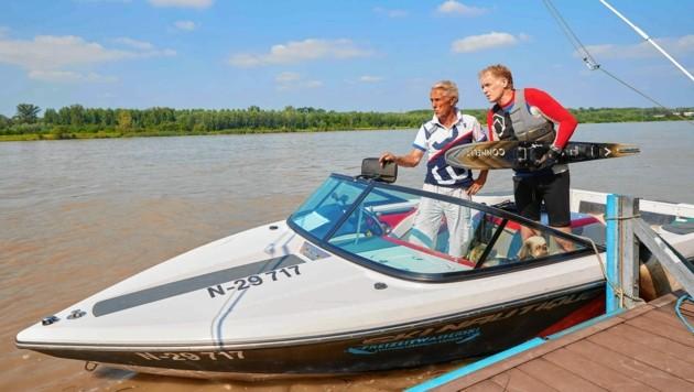 Besprechung: Fortell mit seinem Film-Kompagnon und Bootsführer Christian Rieger.