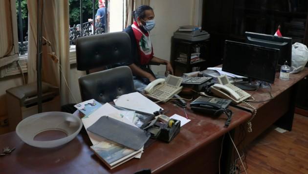 Ein Demonstrant in einem Büro des besetzten Außenministeriums in Beirut (Bild: AP)