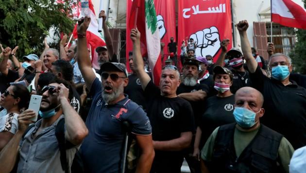 Demonstranten vor dem besetzten Außenministerium in Beirut (Bild: AP)