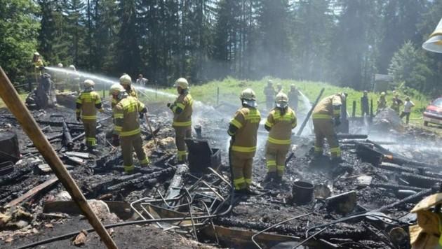 Die Almhütte brannte komplett aus (Bild: Feuerwehr Abtenau)