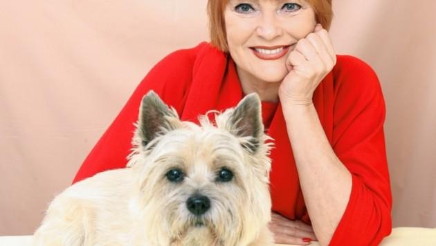 Chris Lohner mit ihrem Hund Shirley