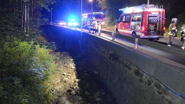 Der 17-jährige Beifahrer wurde durch die Wucht des Aufpralls über die Leitschiene in einen Bach geschleudert, wobei er sich tödliche Verletzungen zuzog. (Bild: zoom.tirol)