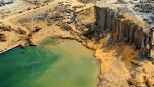 Die Explosion von 2750 Tonnen Ammoniumnitrat im Hafen der libanesischen Hauptstadt Beirut hat einen 43 Meter tiefen Krater in den Boden gerissen. (Bild: APA/AFP)