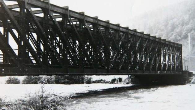 Auch bei der alten Eisenbahnbrücke in Bischofshofen herrschte 1959 Hochwasser-Gefahr. (Bild: Gerhard Schiel)