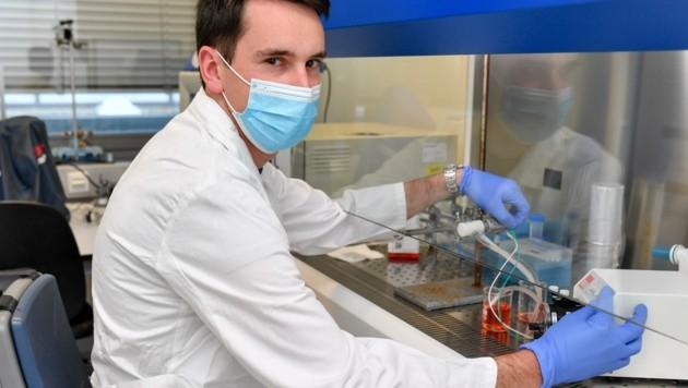 Christoph Wolf ist Mitarbeiter am Institut für Biomechatronik, wo das Model eines Tumorzellenschredders steht