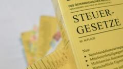 Nahaufnahme von Österreichischen Gesetzesbüchern. (Bild: Tobias Steinmaurer / picturedesk.com)