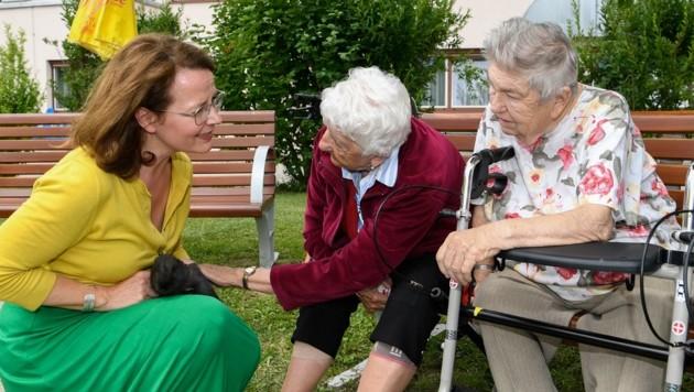 Hasen streicheln beruhigt – Teschl-Hofmeister, Seniorinnen. (Bild: NLK Reinberger)