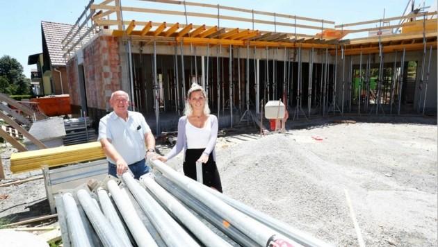 Bürgermeister Klaus Schütz mit Amtsleiterin Patricia Steiner auf der Baustelle.