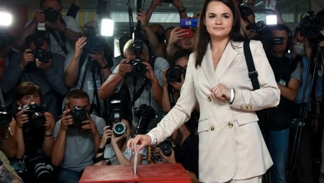 9. August: Oppositionskandidatin Tichanowskaja gibt bei der umstrittenen Präsidentenwahl ihre Stimme ab. Seither kommt Weißrussland nicht zur Ruhe. (Bild: AP)