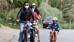 Simon Cowell bei einem Radausflug mit seiner Familie. (Bild: www.photopress.at)