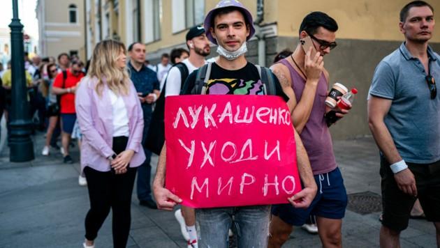 """""""Lukaschenko, tritt friedlich zurück!"""", fordert dieser junge Mann in Moskau. (Bild: AFP)"""