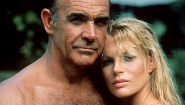 """Das Archivbild von 1983 zeigt den britischen Schauspieler Sean Connery als 007 in einer Szene mit Kim Basinger in dem Film """"Sag niemals nie"""". (Bild: dpa/dpaweb)"""