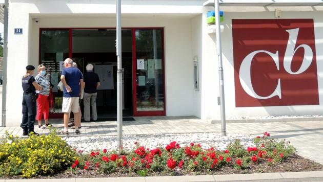 Bei der Servicestelle der Einlagensicherung (ESA) in Zemendorf herrschte reger Andrang. Im Bilanzskandal laufen die Auszahlungen durch die Einlagensicherung. (Bild: APA/THERESA PUCHEGGER)