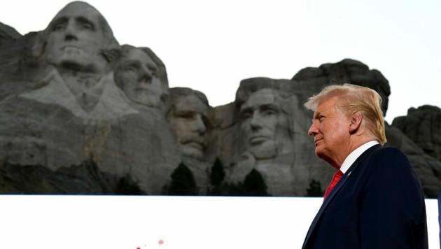 US-Präsident Donald Trump findet die Idee, sein Porträt auch im Felsen des Mount Rushmore zu verewigen, nicht schlecht. (Bild: APA/AFP/SAUL LOEB)