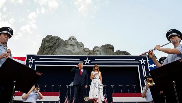 US-Präsident Donald Trump mit Gattin Melania während der Unabhängigkeitsfeierlichkeiten beim Mount Rushmore (Bild: AP)
