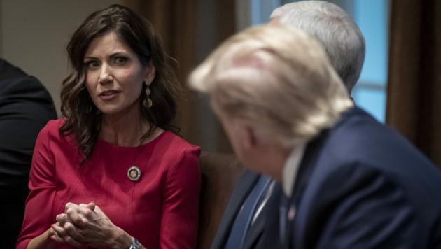 Gouverneurin Kristin Noem bei einem Meeting mit Präsident Trump im Weißen Haus (Bild: APA/AFP/GETTY IMAGES/Drew Angerer)