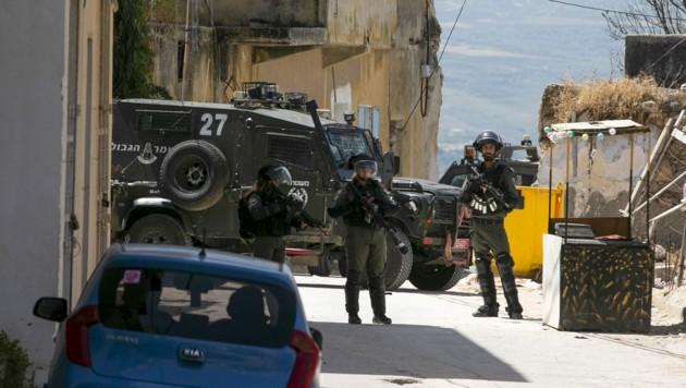Israelische Soldaten während der Suchoperation nach dem Felsbrocken-Schleuderer (Bild: APA/AFP/JAAFAR ASHTIYEH)