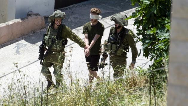 Während der Razzia wurden mehrere Palästinenser verhaftet. (Bild: APA/AFP/JAAFAR ASHTIYEH)