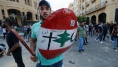 Die Neuwahlankündigung hat diese Demonstranten keineswegs beruhigt. (Bild: APA/AFP/JOSEPH EID)