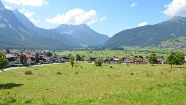 Die Idylle trügt: Die Bevölkerung des Ehrwalder Becken leidet zunehmend am Verkehr (Bild: Daum Hubert)