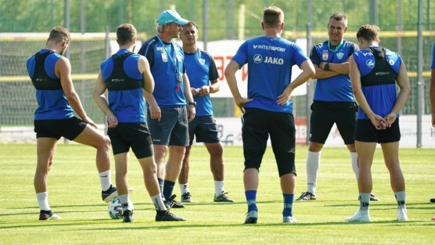 Trainer Markus Schopp (Mi., neben Assistent Kurt Russ) versammelte sein Team. (Bild: Sepp Pail)