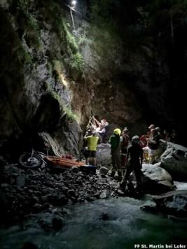 Feuerwehrleute und Bergretter zogen den 17-Jährigen mit einem Seil aus der Schlucht (Bild: Feuerwehr St. Martin bei Lofer)