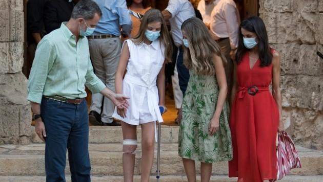 Der spanische König Felipe, seine Frau Königin Letizia und ihre Töchter, die spanische Kronprinzessin Leonor und Prinzessin Sofia mit einer Krücke, besuchen Petra auf Mallorca. (Bild: APA/Photo by JAIME REINA / AFP)