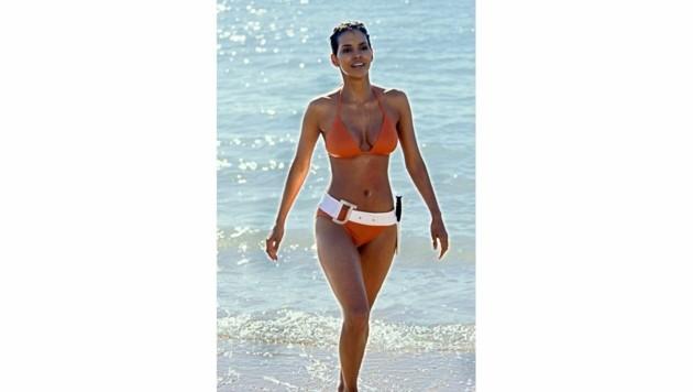 """Die hübsche Jinx (Halle Berry) entsteigt im Kinofilm """"James Bond 007 - Stirb an einem anderen Tag"""" (Szenenfoto) den Fluten."""