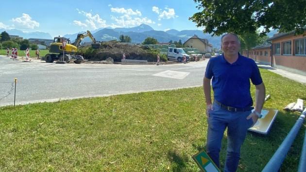 Bürgermeister Alexander Stangassinger vor Ort (Bild: Stadtgemeinde Hallein)