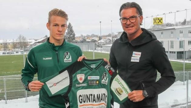 Marco Grüll (li., mit Trainer Baumgartner) wurde ins 2. Liga-Team der Saison gewählt. (Bild: SV Ried)