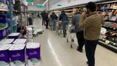 Nachdem eine Familie in Auckland positiv auf Covid-19 getestet wurde, herrscht dort wieder Ausgangssperre. Die Neuseeländer decken sich in Supermärkten mit dem Nötigsten ein. (Bild: APA/AFP/Marty MELVILLE)