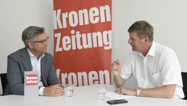 """Staatssekretär Magnus Brunner, der viel Tirol-Bezug hat, im Gespräch mit """"Krone Tirol""""-Chefredakteur Claus Meinert. (Bild: Andreas Fischer)"""