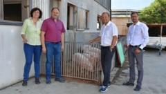 Hildegard und Romed Plank vom Bartlhof mit LH-Stv. Josef Geisler und LKF-Geschäftsführer Thomas Danzl (rechts). (Bild: Land Tirol/Entstrasser-Müller)