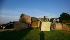 Der mit vier Strohballen beladene Traktor überrollte den Pkw-Kombi und kippte dann in die Wiese (Bild: Rainer Rathmaier)