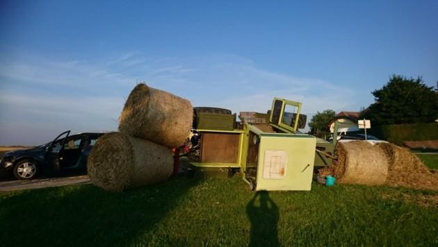 Der mit vier Strohballen beladene Traktor überrollte den Pkw-Kombi und kippte dann in die Wiese