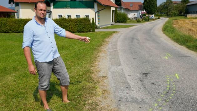 Familienvater Rainer Rathmaier (35) zeigt die Unfallstelle
