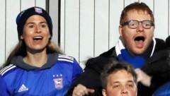 Cherry Seaborn und Ed Sheeran jubeln bei einem Fußballspiel (Bild: www.PPS.at)