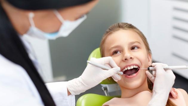 Nur Kinder dürfen ihre Milchzähne mitnehmen - für die Zahnfee. (Bild: puhhha/stock.adobe.com)