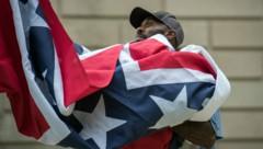 """Mississippis Flagge soll nach massiven Protesten im Zuge der """"Black Lives Matter""""-Bewegung gegen eine neue ersetzt werden. Die alte Variante enthält das Emblem der Konföderierten - für viele ein Symbol des Rassismus und der Sklaverei. (Bild: AFP/Rory Doyle)"""