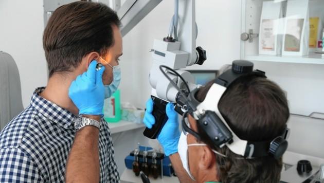 Wolfgang Altermann wird vom behandelnden HNO-Arzt, Dr. Scheyer, untersucht.