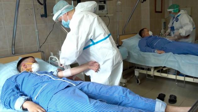 Dieses Bild von freiwilligen Impfstoff-Testpersonen hat das russische Verteidigungsministerium veröffentlicht.