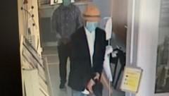 So überfielen die beiden Täter die Raiffeisenkasse in Salzburg-Liefering. (Bild: Polizei Salzburg)