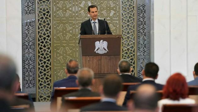 """Assad sprach das erste Mal vor den neuen Parlamentariern, die im Juli gewählt worden waren. Die regierende Baath-Partei hatte wie erwartet die Mehrheit gewonnen. Sie bildet mit Verbündeten das Bündnis """"Die Nationale Einheit"""". (Bild: AP)"""