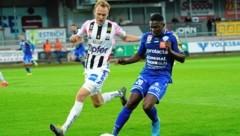 Hartberg-Flügelflitzer Jodel Dossou (re.) liebäugelt mit einem Transfer nach Frankreich. (Bild: Sepp Pail)