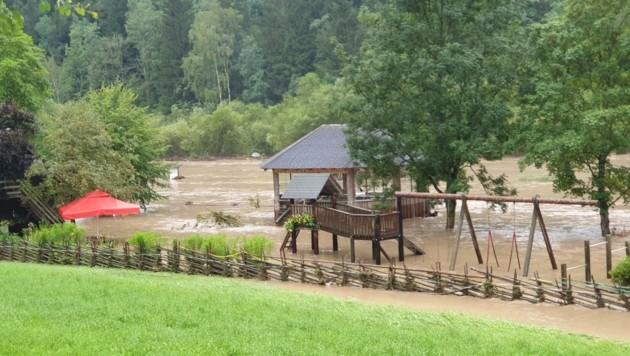 Die Rückseite der Seehütte von Familie Töglhofer wurde komplett überschwemmt (Bild: BFV Weiz)