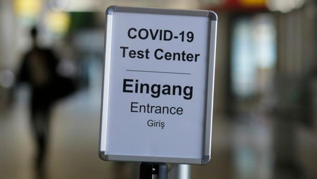 Der Eingang zu einem Testzentrum am Berliner Flughafen Tegel (Bild: Associated Press)