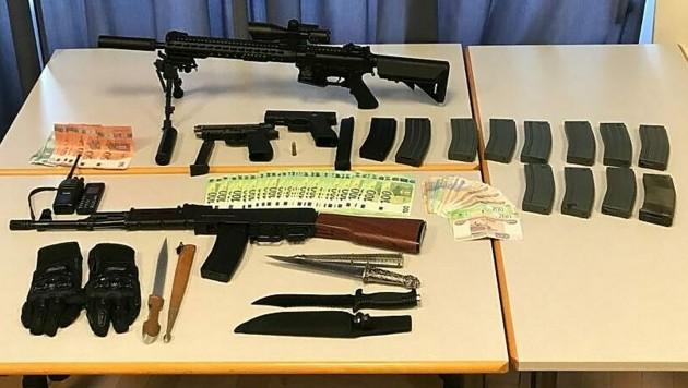 Bei den Zugriffen wurden auch Gas- und Schreckschusswaffen, Messer sowie Mobiltelefone und Bargeld sichergestellt. (Bild: APA/LPD WIEN)