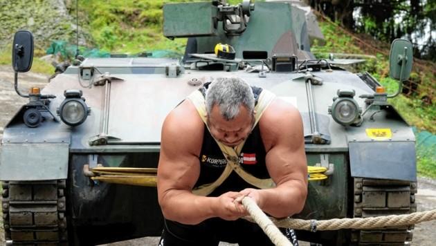 11,5 Tonnen schwer war der Panzer, den Martin Hoi durch pure Muskelkraft bewegt hat. (Bild: Dorian Wiedergut)