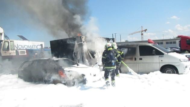 Mit einem Schaumteppich wurden die Fahrzeuge abgelöscht (Bild: Presseteam der FF Wiener Neustadt)